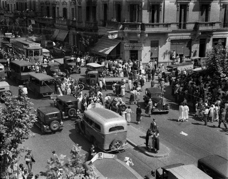 COPPOLA, Horacio, <i>Una esquina después de pasar una manifestación</i>