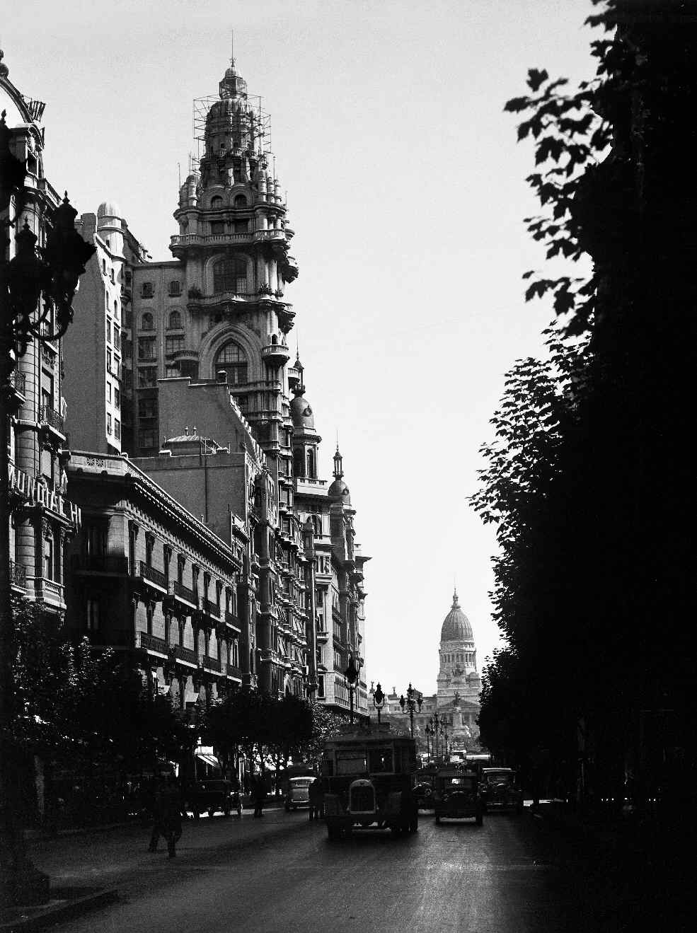 COPPOLA, Horacio, <i>Avenida de Mayo en dirección al Congreso</i>