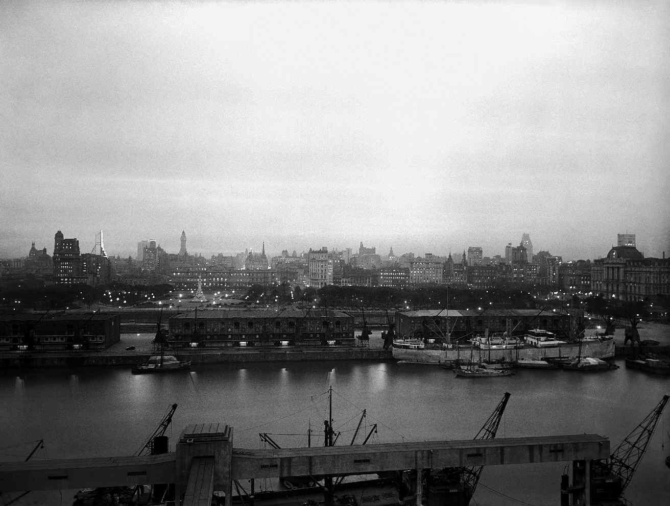 COPPOLA, Horacio, <i>Atardecer, la ciudad vista desde el río</i>