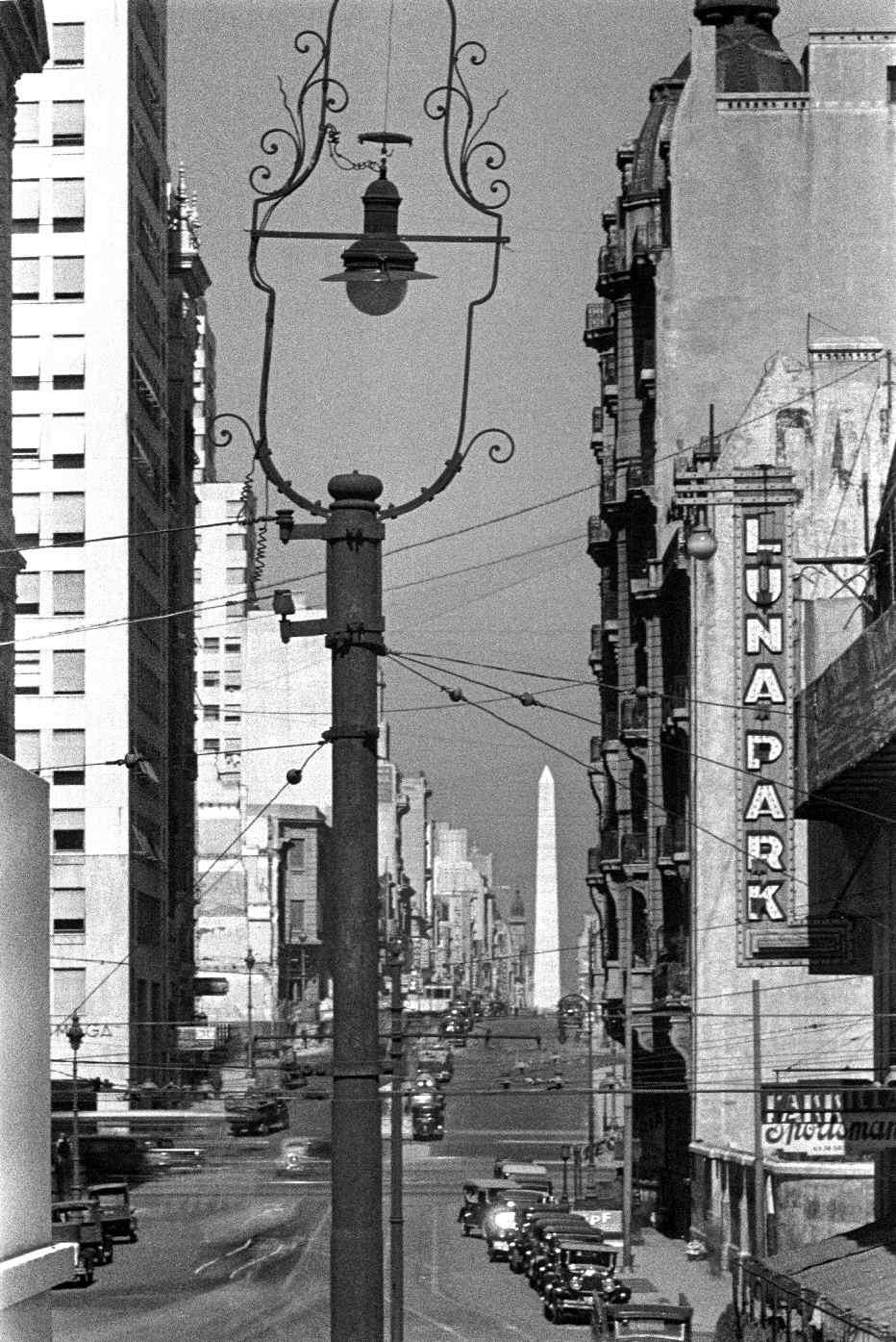 COPPOLA, Horacio, <i>Avenida Corrientes desde Avenida Além hacia el oeste</i>