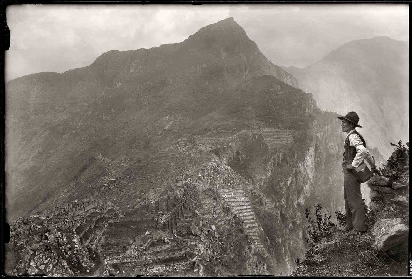 CHAMBI, Martín, <i>Autorretrato de Martín Chambi en Wayna Picchu</i>