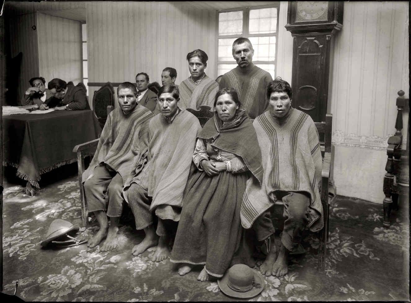 CHAMBI, Martín, <i>Campesinos en el Juzgado</i>